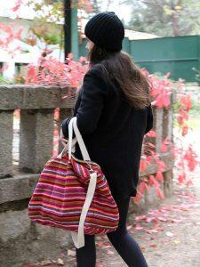 Modelo con bolsa Perú Rojo