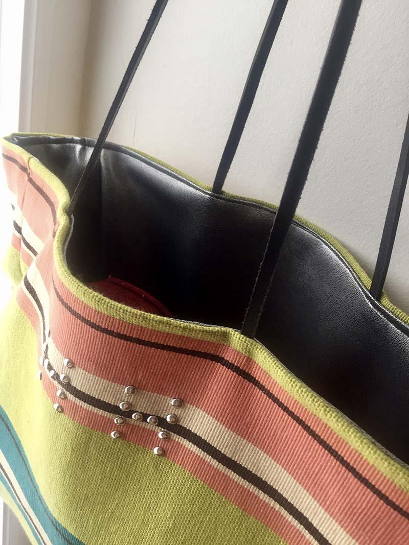Bolsa con las letras HH puestas con tachuelas.