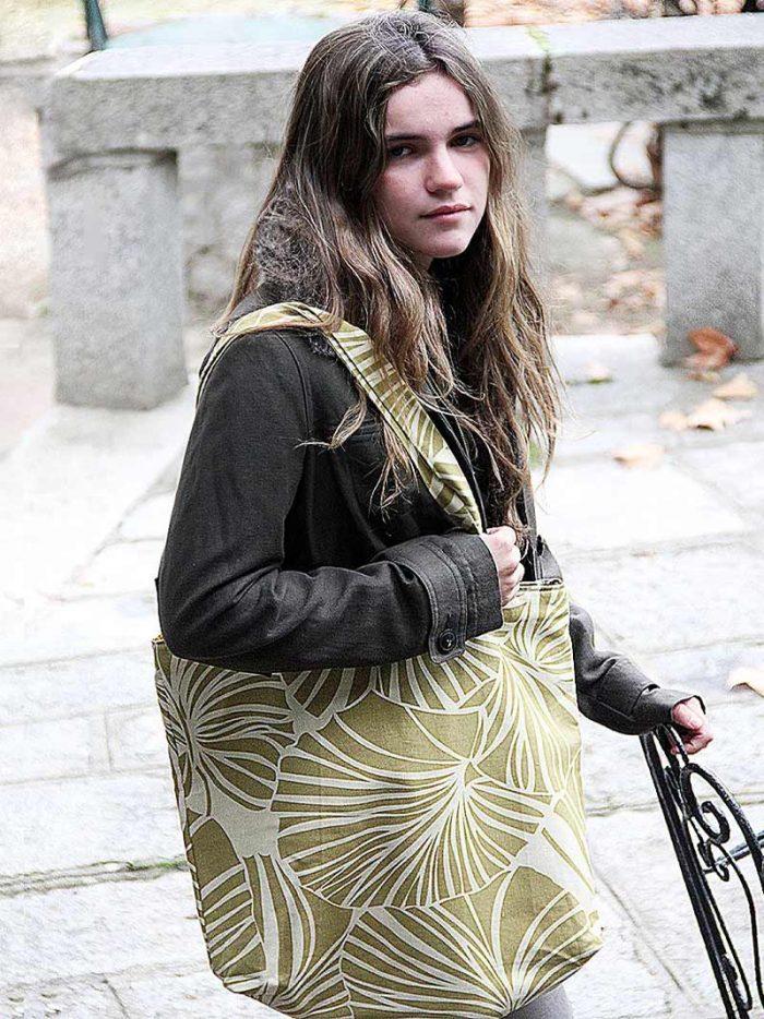 Modelo con bolsa selva verde